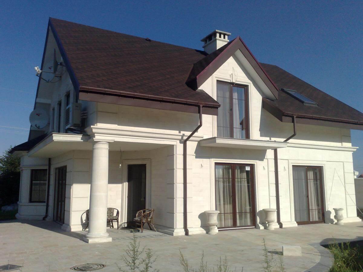 загородный частный дом облицованный плиткой из известняка