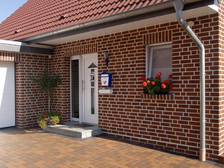 частный дом облицованный фасадными панелями под кирпич